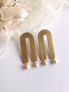arco earrings - brushed brass / pearl
