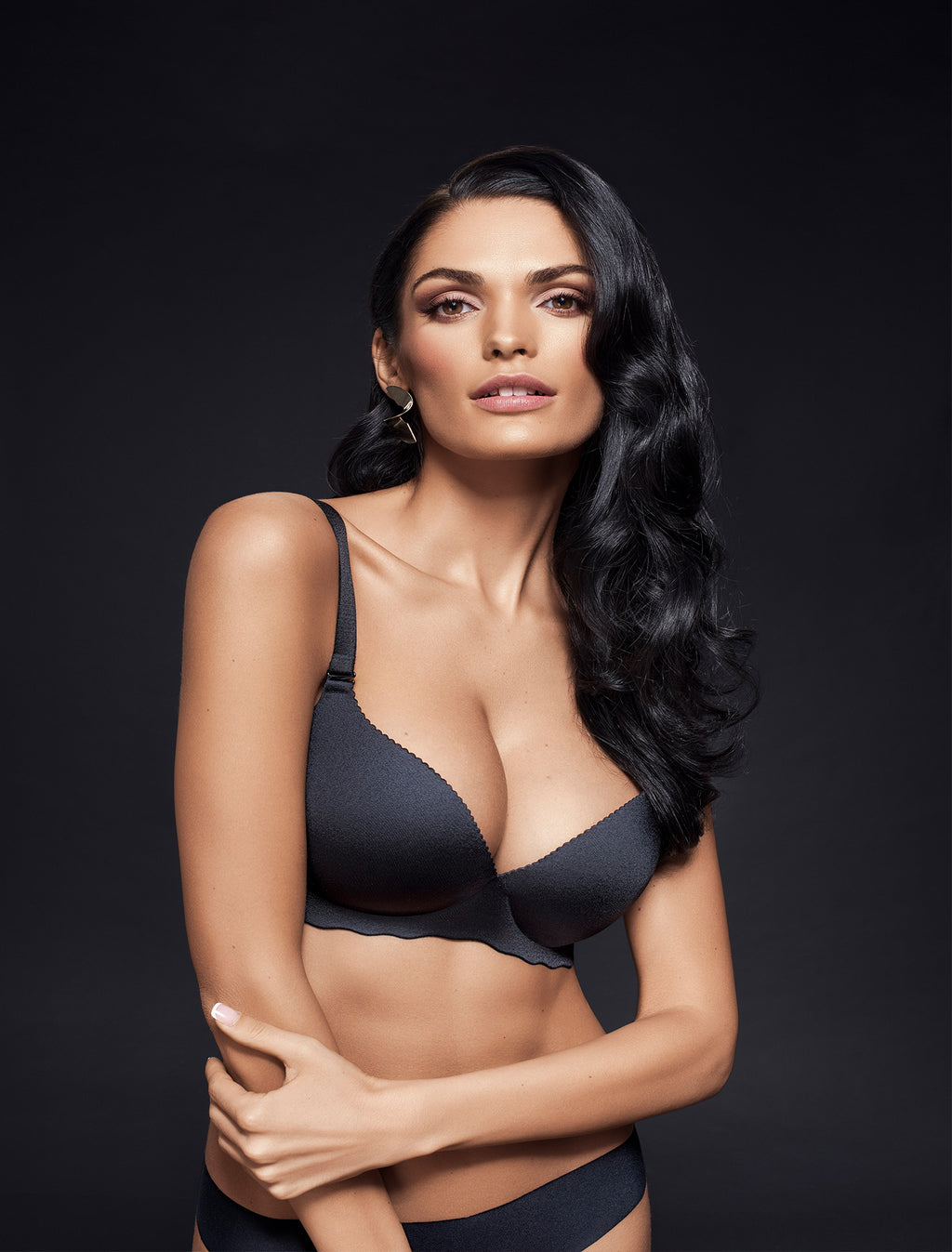 Lauma, Black Seamless Wireless Moulded Bra, On Model Front, 77D30