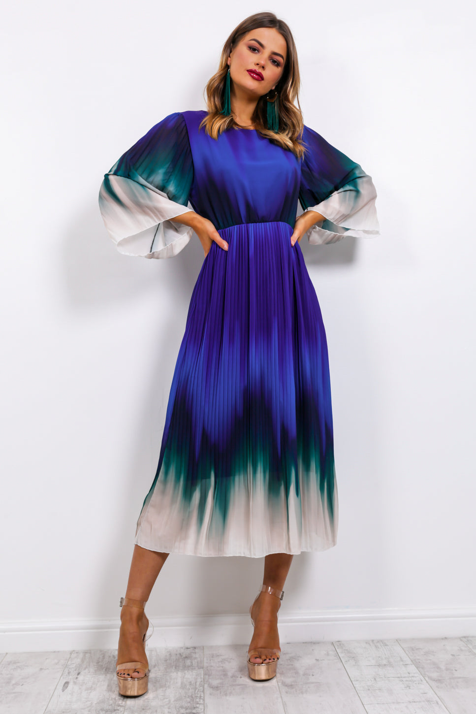 https://cdn.shopify.com/s/files/1/0062/6661/7925/files/product-video-we_aim_to_pleat-dress-in-blue-ombre.mp4?5932