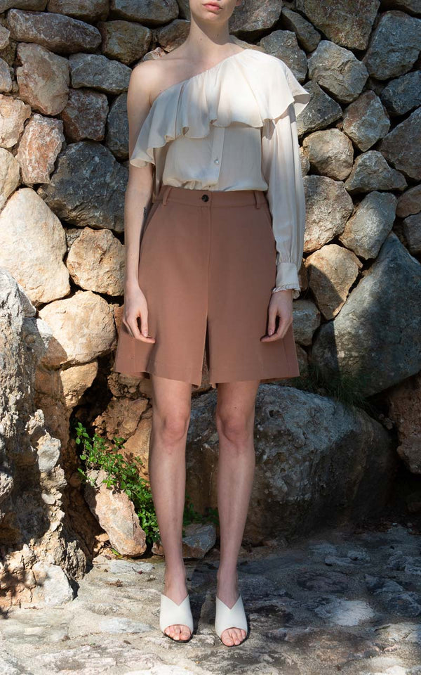 Designers Remix Veronique Shorts aus recyceltem Polyester am Model