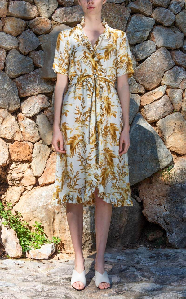 Graumann Design Julia Wickelkleid in weißem Cupro mit goldenem Palmenmuster am Model