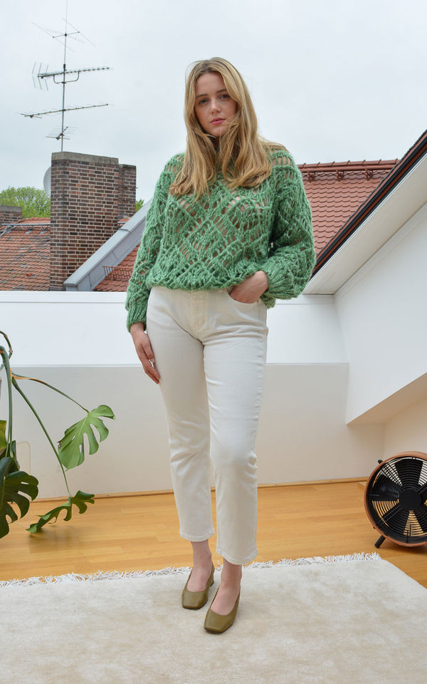 Stine Goya Alex Mohair Strick Pullover in Jade Grün am Model