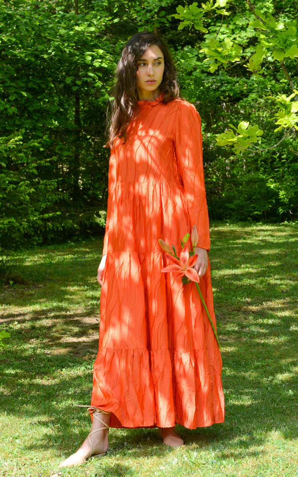 Stine Goya Judy Langarm Maxikleid in Rot Orange aus Viskose, Seide und Modal am Model