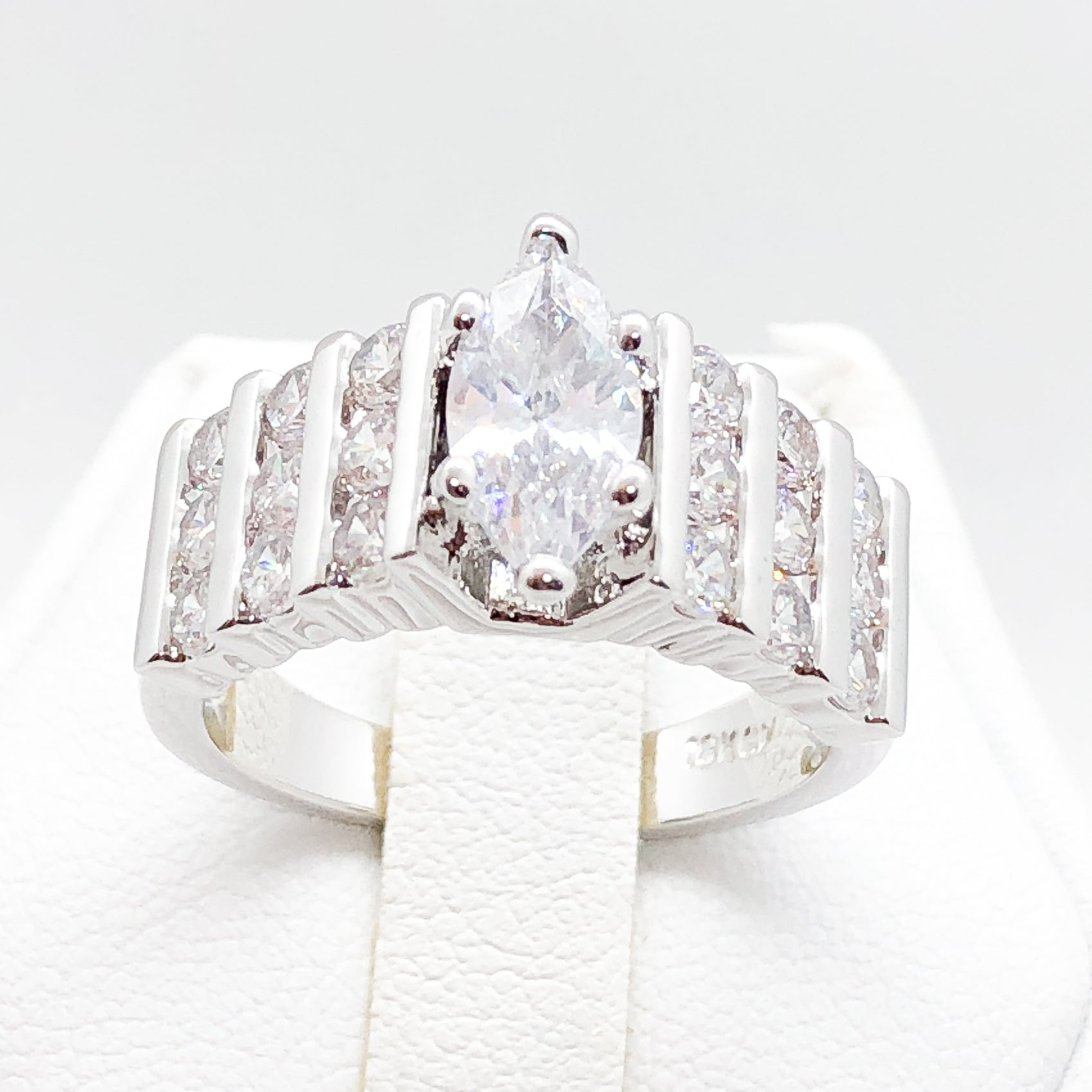 ID:R0537 Women Vintage Jewelry 18K White Gold GF Wonderful Engagement Wedding Bridal Solitaire Diamonique Ring With Accent