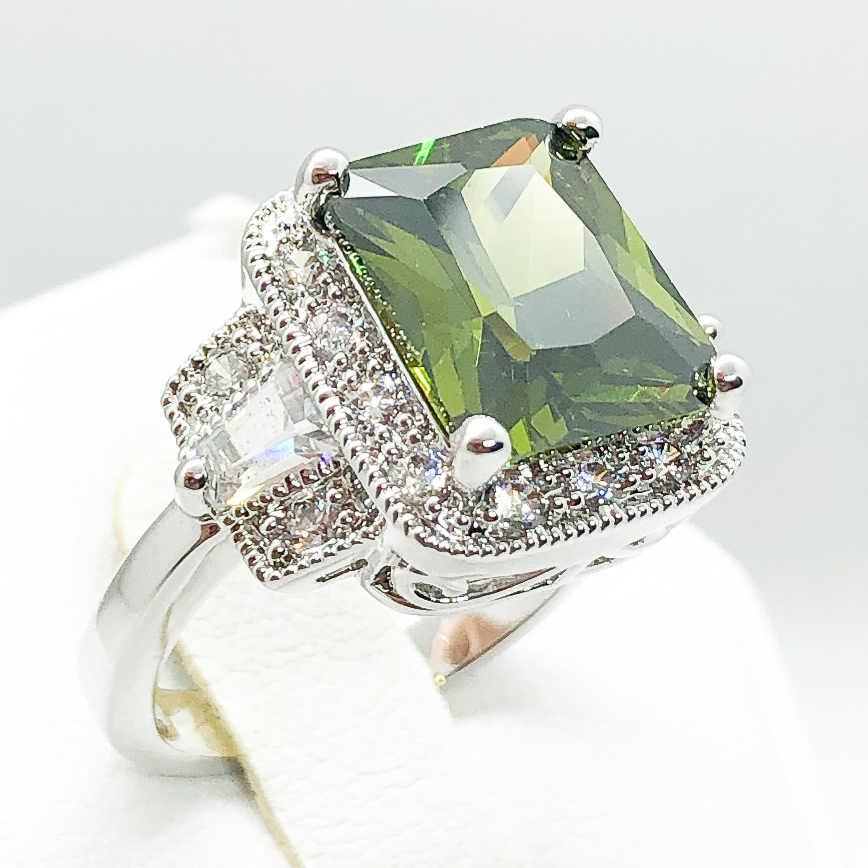 ID:R4166 Women 18K White Gold GF Fashion Jewelry Big Green Crystal Comfortable Dairy Wearing Cocktail Ring