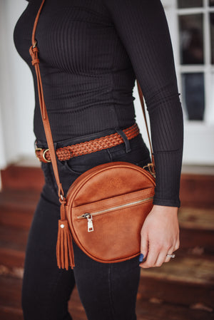 Woman wearing a black outfit with the oak and ivy free spirit crossbody purse.
