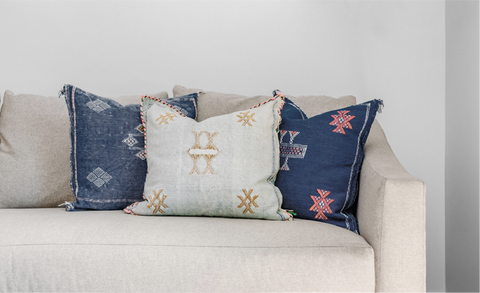 Colours that remind you of living by the sea on couch pillows. Discover more ways to incorporate a fresh haven into your home with Inspiring Magazine 2021 by Harris Paints.