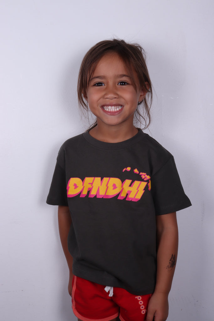 DH ! OFFSET KIDS TEE CHARCOAL YLW/PNK