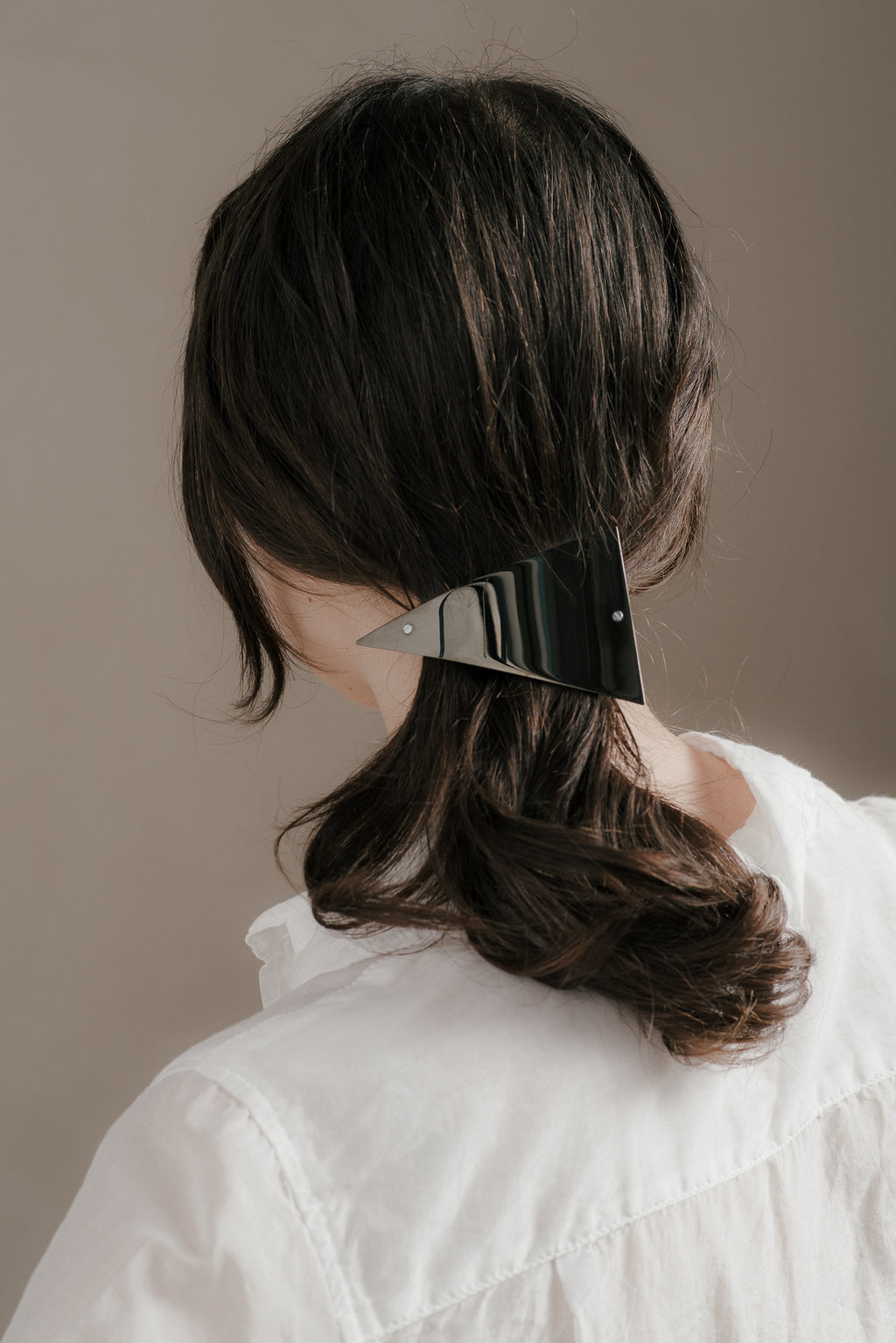ASYMMETRICAL BARRETTE IN BLACK AND SILVER