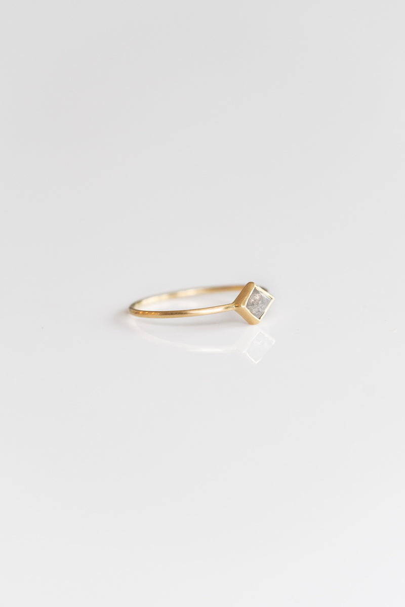 18K + PALE GREY KITE DIAMOND RING