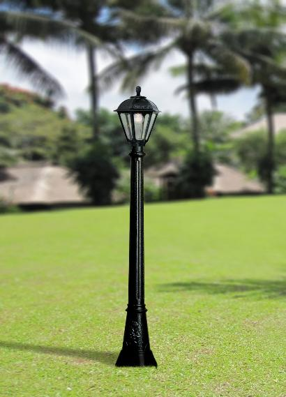 The Artu Salem outdoor lamp post with clear glass makes your garden look absolutely stunning, with classic lighting effects.
