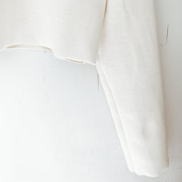 Hamppuvaatteet, hamppupaita, savana Collection, Crop shirt. Raw edges at hem and sleeve cuffs. 40%hemp and 60% eco cotton. Fabric from Italy.   Made in Finland.  Helmassa ja hihansuissa raakareunat. 40% hamppua ja 60% luomupuuvillaa. Kangas valmistettu Italiassa.   Valmistettu Suomessa.