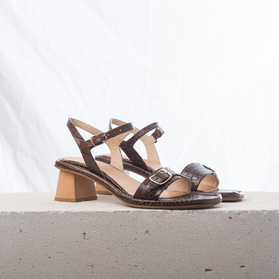TERRA SUN Espresso brown croc sandals
