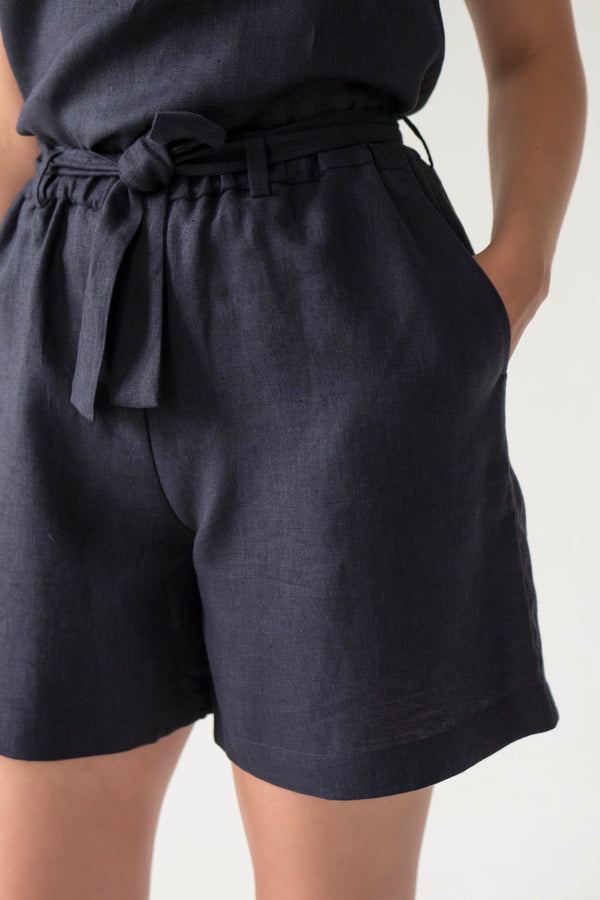 Tie waist linen shorts in NAVY - Fabrika