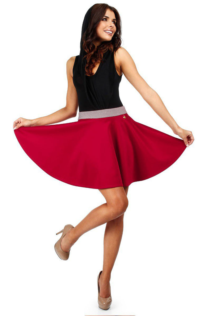 Jupe patineuse, taille haute rouge.