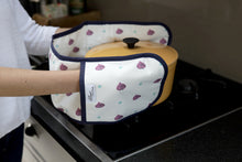Load image into Gallery viewer, Beetroot kitchen linens collection oven gloves