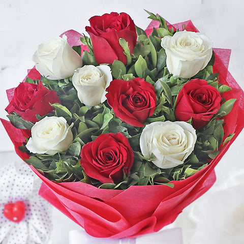 products/bouquet-of-10-red-and-white-roses-zoom.jpg