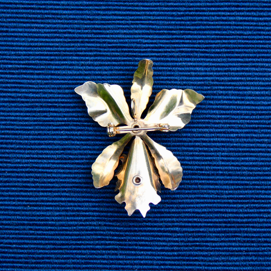 Bar pin with dangles