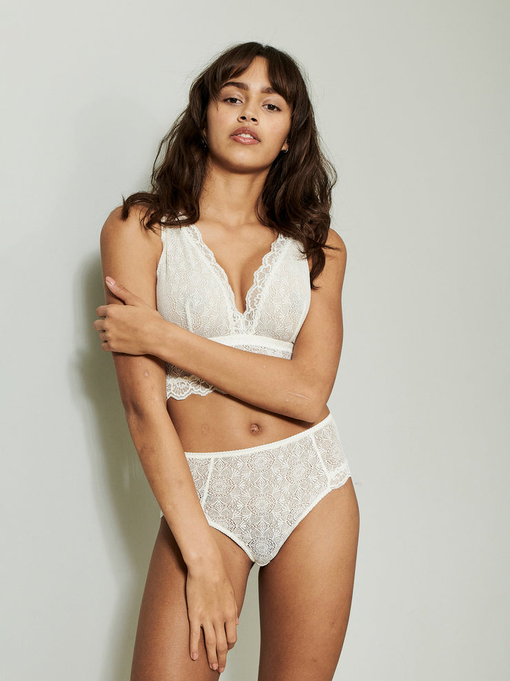 The hipsters are cut in a beautiful lace with a high-rise fit that makes for a slightly vintage look. Sustainable underwear.