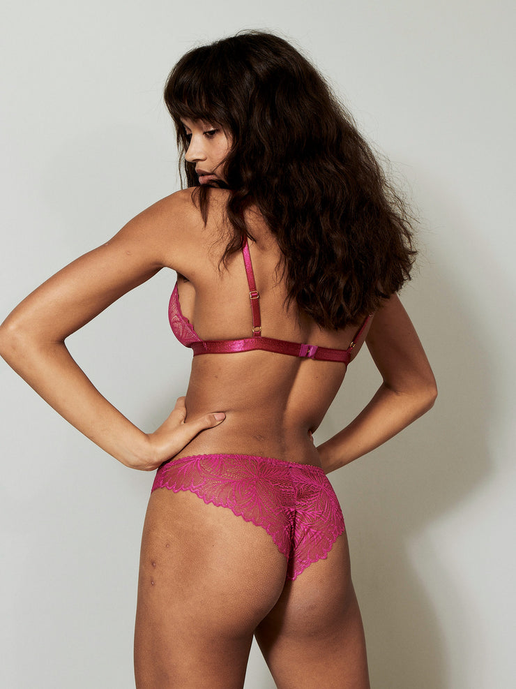 Lima Bra is made in elegant lace with delicate scalloped edges and beige mesh lining. Sustainable Underwear.