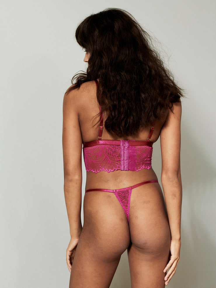 Lima String is made in soft lace with delicate scalloped edges paired with a thin elastic. Sustainable underwear.