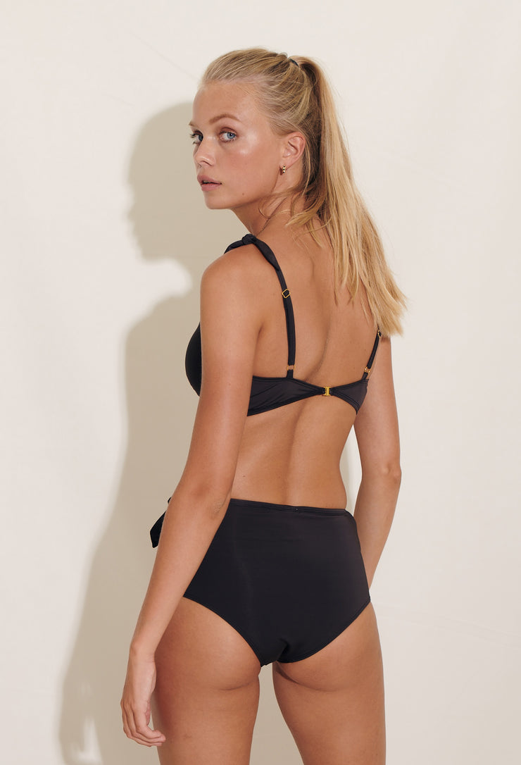 Manon bikini hipster is made in our soft recycled polyester fabric. Sustainable swimwear