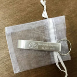 50pcs Personalised Engraved Bottle Opener Keychains Keyrings Personalized Wedding Gift Wedding Favor With White Organza bag