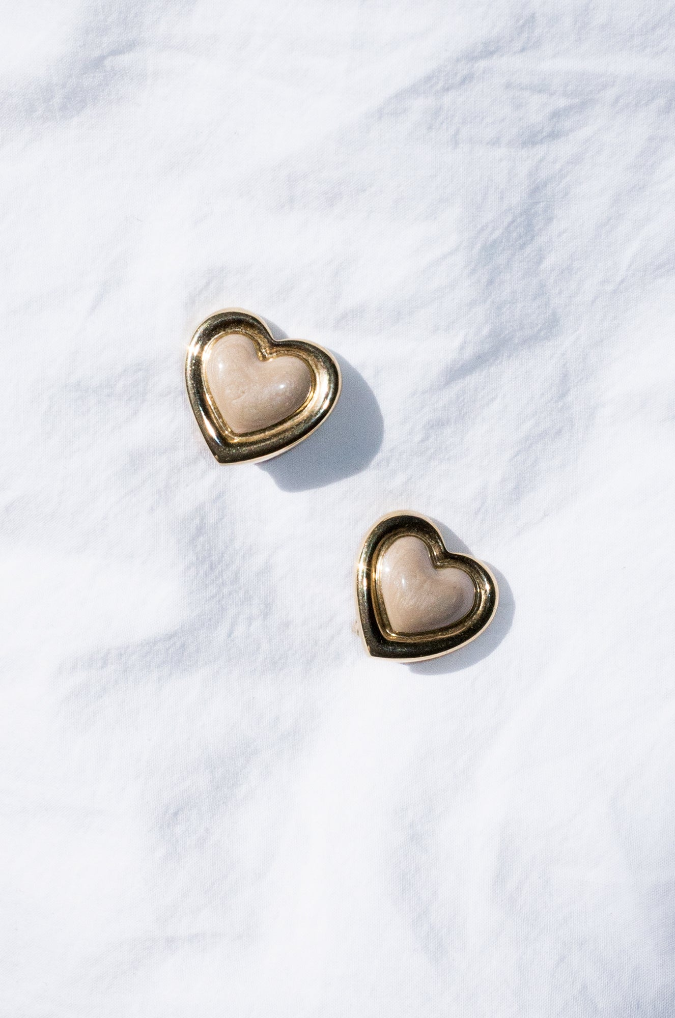 Vintage 1990s gold and taupe shimmer heart-shaped earrings
