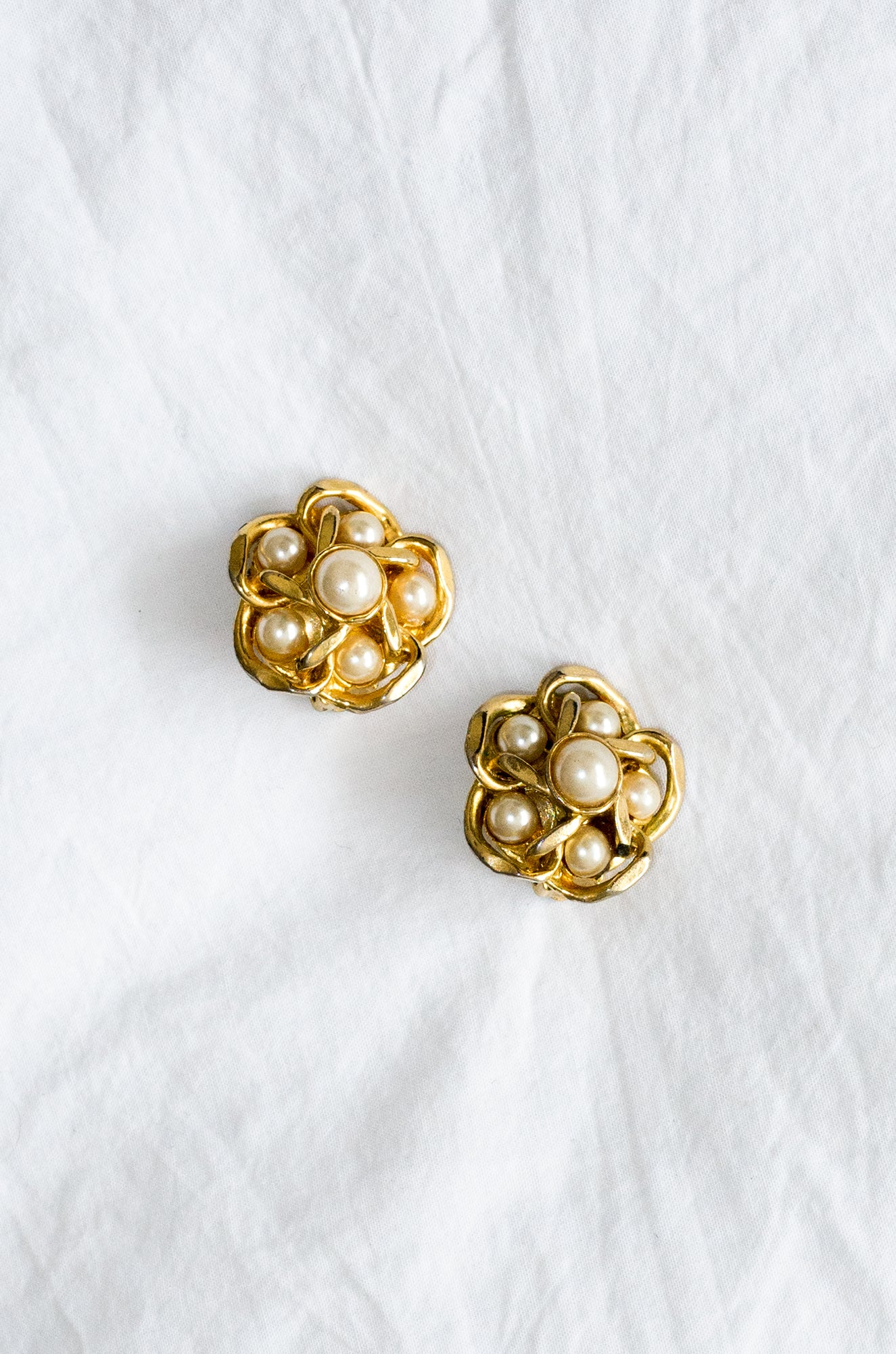 Vintage 1980s gold-tone flower shaped earrings with plastic pearls