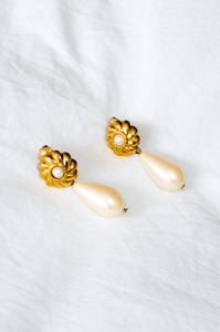 Vintage 1980s gold-tone earrings with plastic pearl.