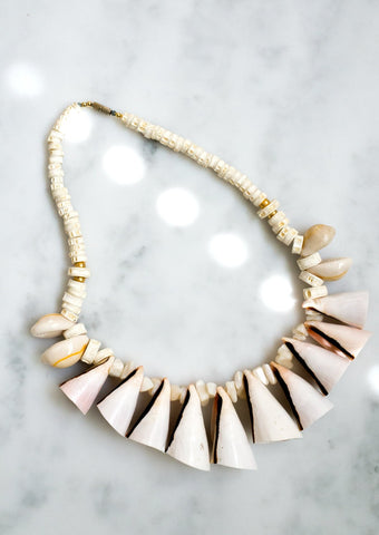 Oversized real shell necklace with screw fastening.