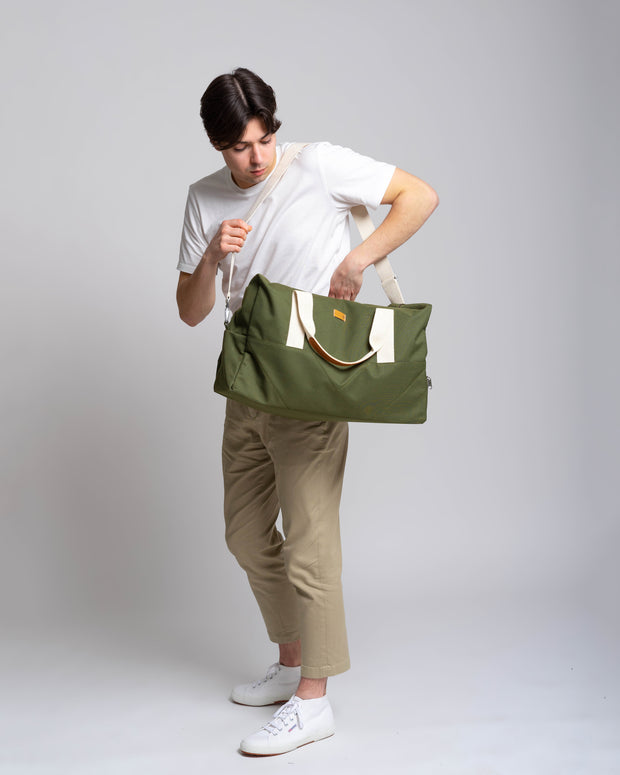 MULINU | Reisetasche Wegbegleiter Weekender | CLASSIC LASSE | Khaki over shoulder with female model