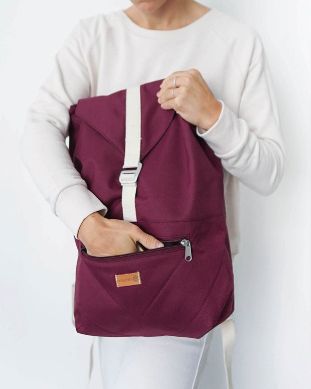 MULINU Daypack BERTA Bordeaux Model Backpack Tasche vorne Hand