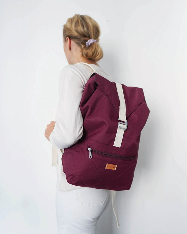 MULINU Daypack BERTA Bordeaux Model Backpack Halbseite