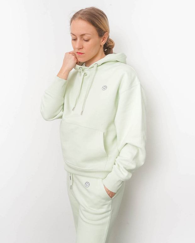 MULINU Loungewear SS2021 Hoodie Unisex PastelGrün Patch Model Front close