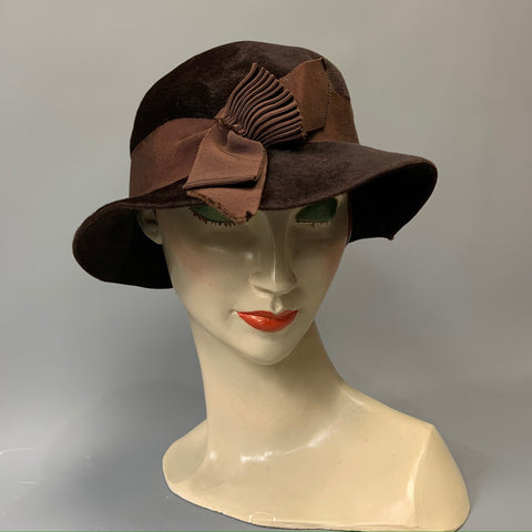 sweet vintage Art Deco brown felt hat with pleated grosgrain