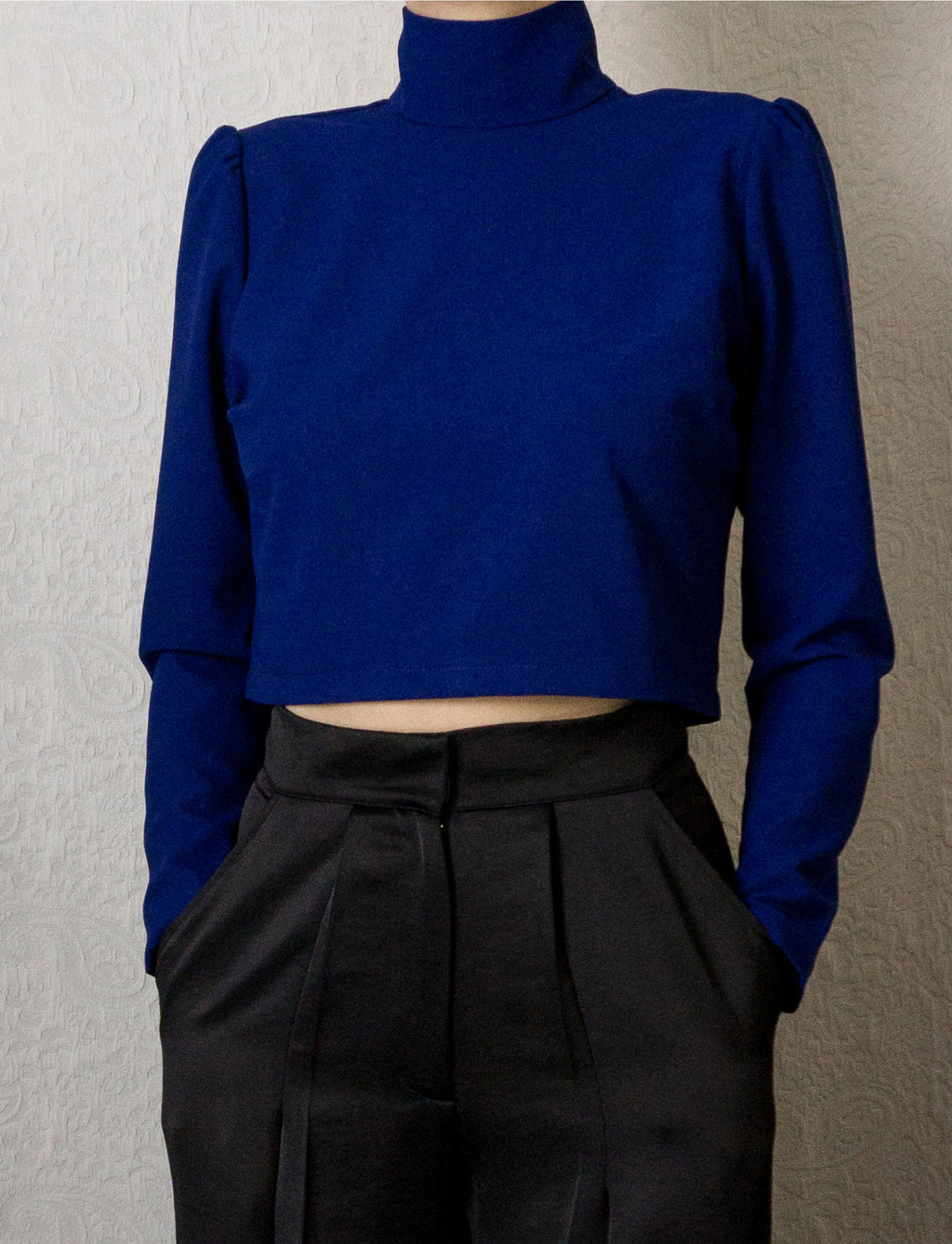 Top court bleu à col montant et manches bouffantes ~ Blue crop top with high collar and puffed sleeves