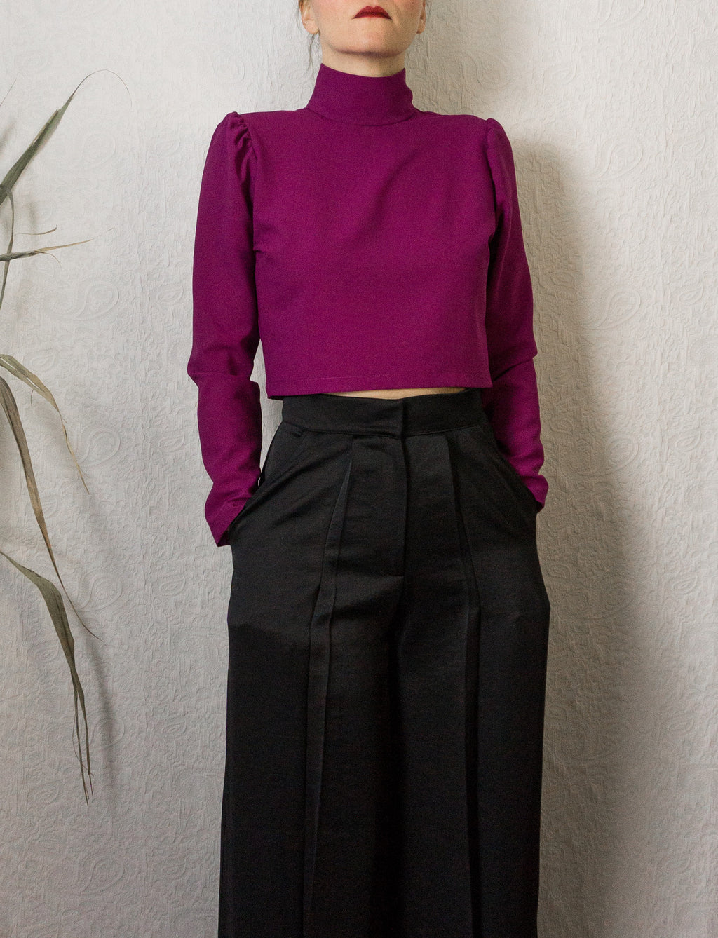 Top court fuchsia à col montant et manches bouffantes ~ Fuchsia pink crop top with high collar and puffed sleeves
