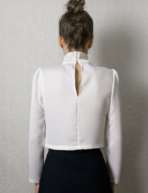 Top court en satin blanc à col montant et manches bouffantes ~ White Satin crop top with high collar and puffed sleeves