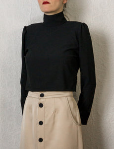Top court noir à col montant et manches bouffantes ~ Black crop top with high collar and puffed sleeves