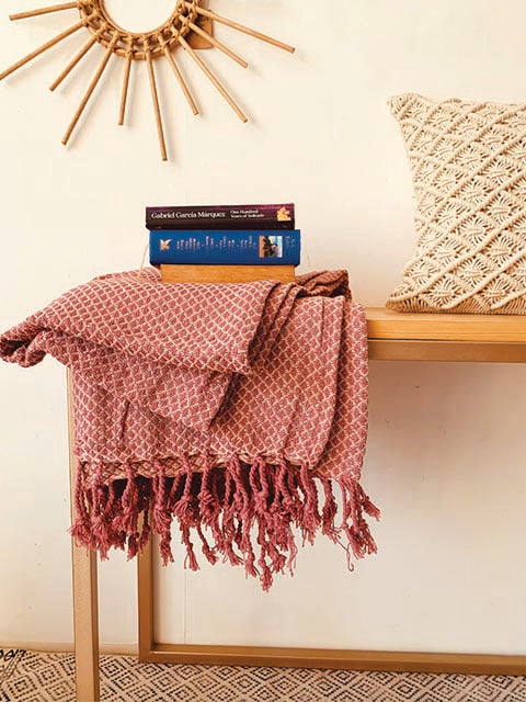 Dusty pink throw with twisted tasselles