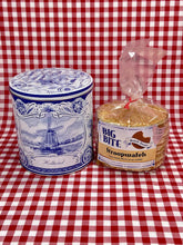 Load image into Gallery viewer, Delft blue gift tin with stroopwafels - Big Bite Dutch Treats