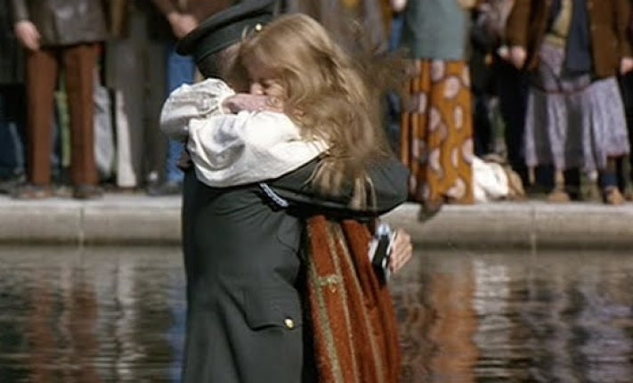 Forrest and Jenny hugging in Washington D.C. in the movie Forrest Gump