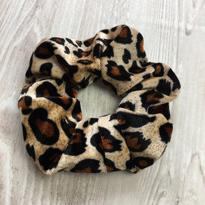 Velvet scrunchie in leopard print