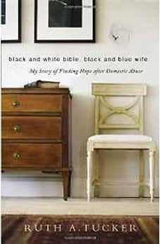 Black and White Bible, Black and Blue Wife: My Story of Finding Hope after Domestic Abuse 9780310524984