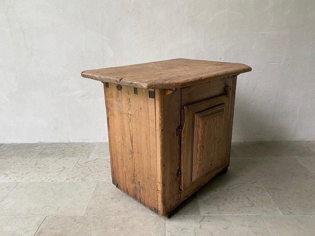 18th CENTURY PRIMITIVE CABINET