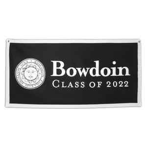 Black banner with white trim. Bowdoin sun seal on left side, BOWDOIN over CLASS of 2022 on left.