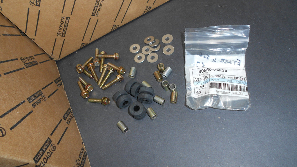 New Updated  Accelerator Torque Rod Bracket Cushions & Spacers Collars Kit  90560-06238  /   90540-09059   FJ40, FJ55  2F  1/75-12/84   NOTE  : The Metal Bracket Shoen In the Photos Is ONLY a Photo PROP and Is NOT Parts Of the Kit Contents ,