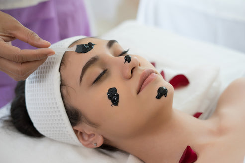 Photo of woman getting facial treatment at a spa. ToMA Glass Straws make it easy for spa guests to sip during and after facial treatments of al kinds, and add luxury and elegance. Photo: jcomp # freepiks.com