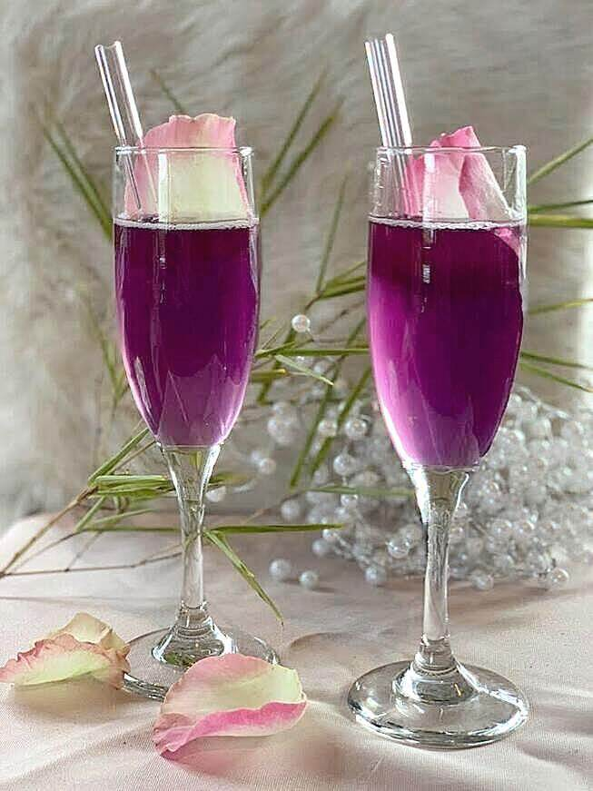 ToMA glass straws in glacier clear in lavender mimosa signature drinks at a wedding with pink rose garnish.